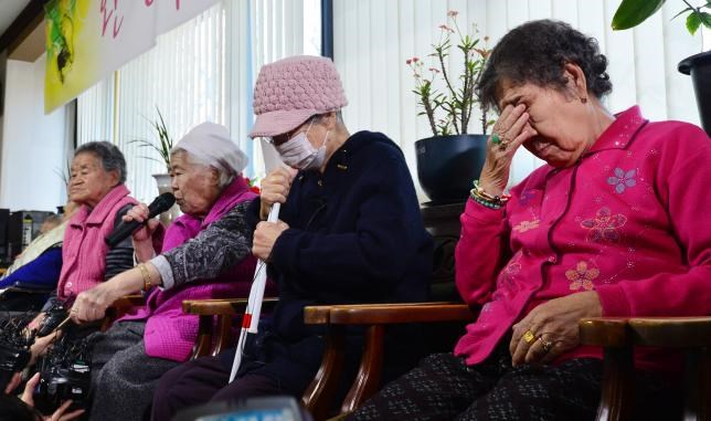 Former South Korean 'comfort woman' Lee Ok-sun speaks as the others react during a news conference at the 'House of Sharing,' a special shelter for former 'comfort women', in Gwangju, South Korea, December 28, 2015. Photo: Reuters/News1