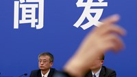 A reporter raises her hand to ask question to An Weixing (L), the head of the Public Security Ministry's counter-terrorism division, at a news conference after China's parliament passed a controversial new anti-terrorism law in Beijing, December 27, 2015. Photo: Reuters/Kim Kyung-Hoon
