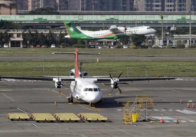 A TransAsia Airways ATR airplane is seen parked at Taipei Songshan Airport February 13, 2015. Photo: Reuters/Pichi Chuang