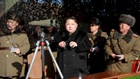 North Korean leader Kim Jong Un (C) watches a firing contest of the KPA artillery units at undisclosed location in this photo released by North Korea's Korean Central News Agency (KCNA) in Pyongyang January 5, 2016. Photo: REUTERS/KCNA/