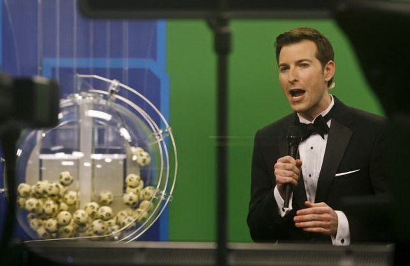 Host Sam Arlen speaks as the winning Powerball numbers are about to be drawn at the Florida Lottery studio in Tallahassee, Florida January 9, 2016. Photo: Reuters/Philip Sears