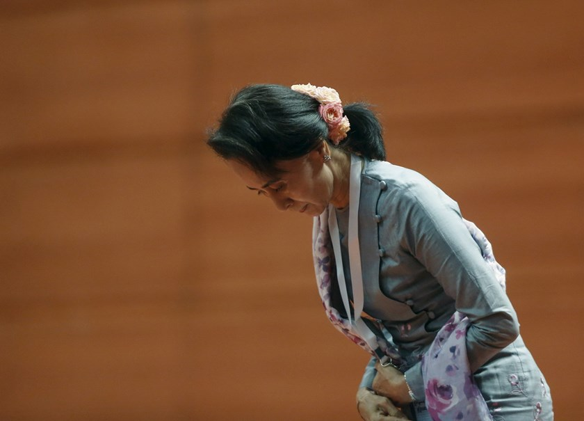 Myanmar's Aung San Suu Kyi bows before giving a speech during talks between the government, army and representatives of ethnic armed groups over a ceasefire to end insurgencies, in Naypyitaw January 12, 2016. Photo: Reuters/Soe Zeya Tun