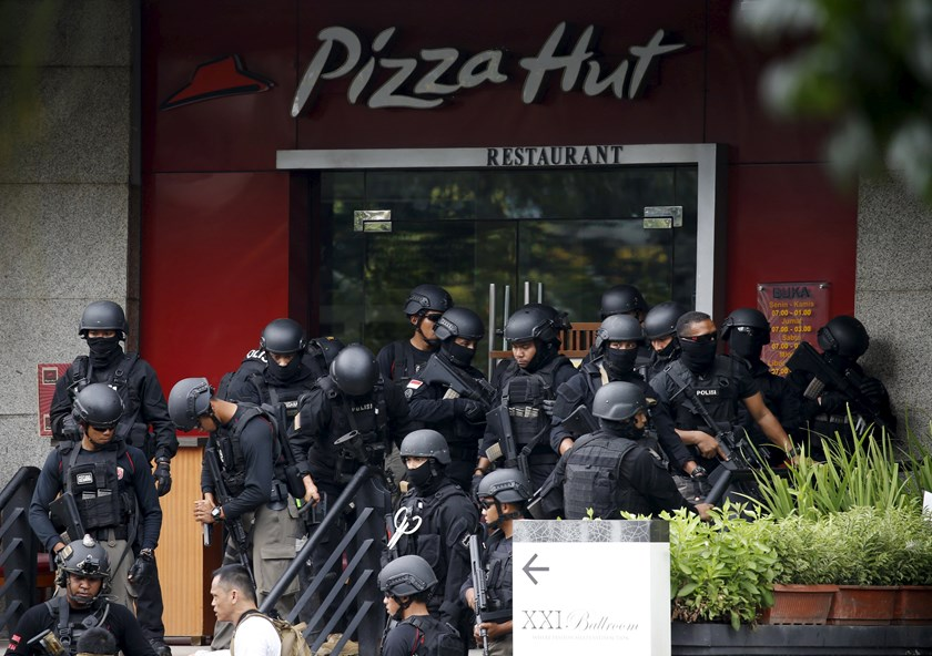 Police gather outside a restaurant near the scene of an attack in central Jakarta January 14, 2016. Photo: Reuters/Beawiharta