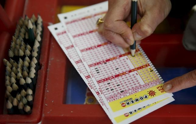 A person fills out numbers on a Powerball ticket in Bethesda, Maryland January 8, 2016. Photo: Reuters/Gary Cameron
