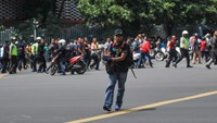 A man is seen holding a gun towards the crowd in central Jakarta, Indonesia, in this picture provided to Reuters by Xinhua News Agency January 14, 2016. Photo: Reuters/Veri Sanovri/Xinhua