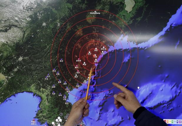 Ko Yun-hwa (L), Administrator of Korea Meteorological Administration, points at where seismic waves observed in South Korea came from, during a media briefing at Korea Meteorological Administration in Seoul, South Korea, January 6, 2016. Photo: Reuters/Kim Hong-Ji
