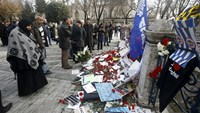People visit the site of Tuesday's suicide bomb attack at Sultanahmet square in Istanbul, Turkey January 14, 2016. Photo: Reuters/Osman Orsal