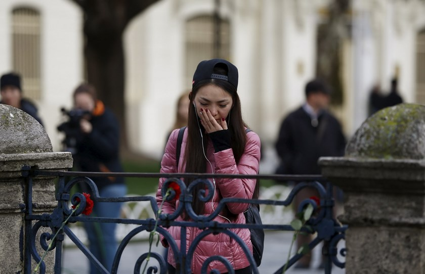 A tourist from China visits the site of Tuesday's suicide bomb attack at Sultanahmet square in Istanbul, Turkey January 13, 2016. Photo: Reuters/Osman Orsal