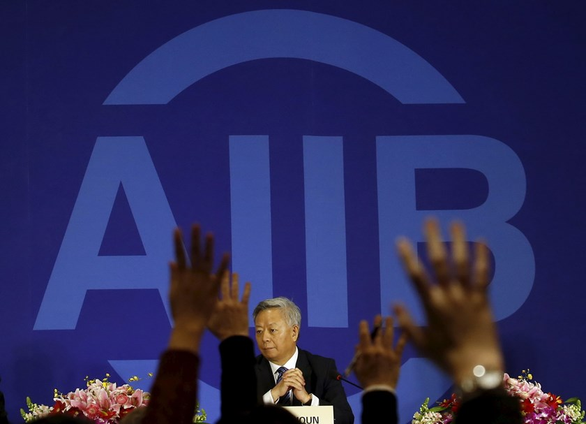 Journalists raise their hands to ask questions to president of Asian Infrastructure Investment Bank (AIIB) Jin Liqun at a news conference in Beijing January 17, 2016. Photo: Reuters/Kim Kyung-Hoon