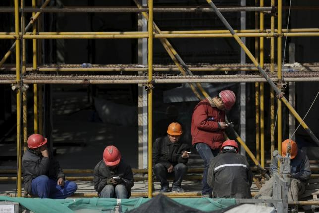 Workers rest after lunch at a construction site in Shanghai, China, January 19, 2016. Photo: Reuters/Aly Song