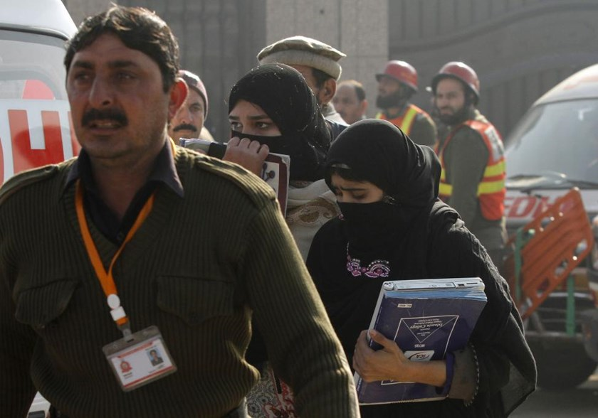 A rescue worker guides students, after they were rescued in a militant attack at Bacha Khan University, in Charsadda, Pakistan, January 20, 2016. Photo: Reuters/Fayaz Aziz