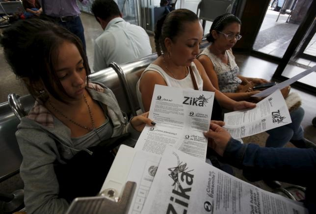 Colombian women listen as a health worker distributes information how to prevent the spread of the Zika virus, at the transport terminal in Bogota, Colombia January 31, 2016. Photo: Reuters/John Vizcaino