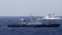 A ship (top) of the Chinese Coast Guard is seen near a ship of the Vietnam Marine Guard in the South China Sea, off shore of Vietnam in this May 14, 2014 file photo. Photo: Reuters/Nguyen Minh/Files