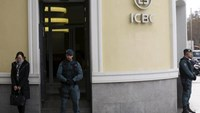 Spanish Civil Guard officers stand in front of the entrance of the headquarters of Industrial and Commercial Bank of China (ICBC) during a raid in Madrid, Spain, February 17, 2016. Photo: Reuters/Sergio Perez