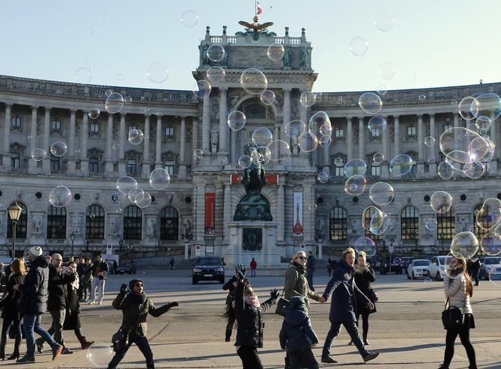 Children try to catch soap bubbles in front of Hofburg palace on a sunny winter day in Vienna, Austria, December 23, 2015. Photo: Reuters/Heinz-Peter Bader/Files