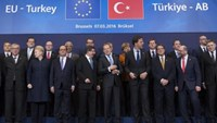 Turkish Prime Minister Ahmet Davutoglu (C) poses with European Union leaders during a EU-Turkey summit in Brussels, as the bloc is looking to Ankara to help it curb the influx of refugees and migrants flowing into Europe, March 7, 2016. Photo: Reuters/Yves Herman
