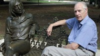 Former Beatles producer Sir George Martin visits a sculpture of John Lennon in a Havana park named after the musician, in this October 30, 2002 file photo. Photo: Reuters/Rafael Perez/Files
