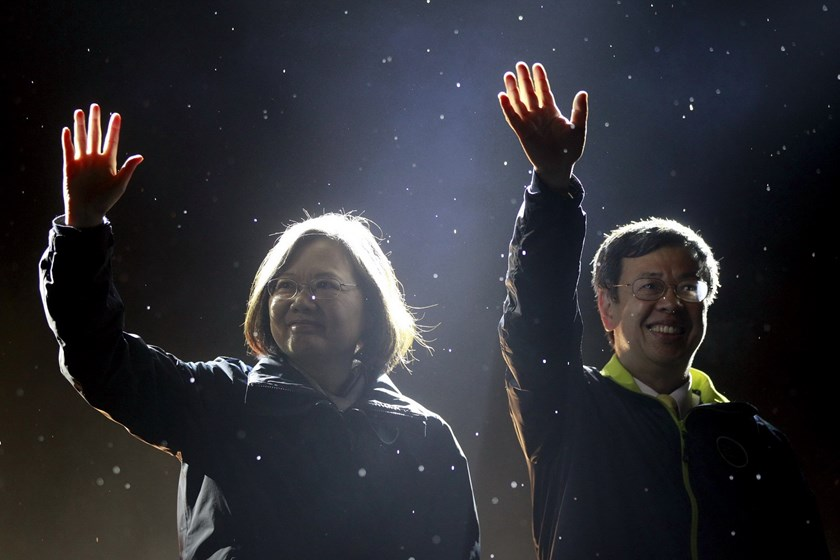 Taiwan's Democratic Progressive Party (DPP) Chairperson and presidential candidate Tsai Ing-wen (L) and vice presidential candidate Chen Chien-jen greet supporters as they take the stage during a final campaign rally ahead of the elections in Taipei, Taiwan, in this January 15, 2016 file picture. Photo: Reuters/Pichi Chuang/Files