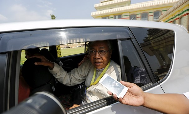 Myanmar's newly elected president Htin Kyaw talks to a reporter as he leaves the parliament at Naypyitaw, Myanmar March 15, 2016. Photo: Reuters/Soe Zeya Tun