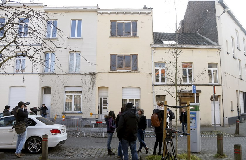 Reporters stand in front of an apartment (C) in the Brussels district of Forest where a gunman was shot dead by Belgian police on Tuesday after a raid on the apartment linked to investigations into November's Islamist attacks in Paris March 16, 2016. Photo: Reuters/Francois Lenoir