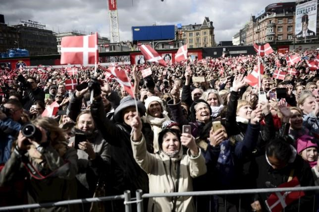 People wave Danish flags as they celebrate the 75th birthday of Denmark's Queen Margrethe, who is received at the City Hall, April 16, 2015. Photo: Reuters/Mathias Bojesen/Scanpix Denmark