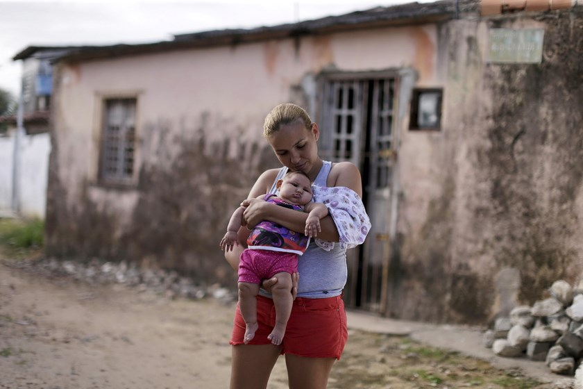 Gleyse Kelly da Silva holds her daughter Maria Giovanna, who has microcephaly, in front their house in Recife, Brazil, January 30, 2016. Photo: Reuters/Ueslei Marcelino
