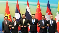 (L-R) Vietnamese Foreign Minister Pham Binh Minh, Prime Ministers Thongsing Thammavong of Laos, Prayuth Chan-ocha of Thailand, China's Premier Li Keqiang, Cambodian Prime Minister Hun Sen and Myanmar's Vice President Sai Mauk Kham (L-R) hold hands as they pose for pictures during Lancang-Mekong cooperation leaders' meeting in Sanya, Hainan province, China March 23, 2016. Photo: Reuters/China Daily