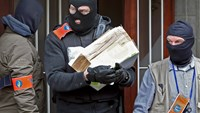 Masked Belgian police remove a package from a building in Anderlecht following Tuesday's bomb attacks in Brussels, Belgium, March 23, 2016. Photo: ReuterS/Charles Platiau