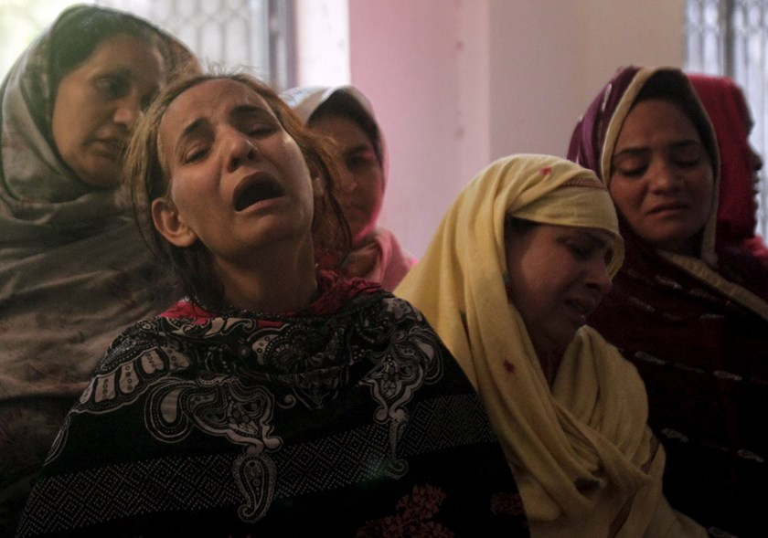 Family members mourn the death of a relative, who was killed in a blast that happened outside a public park on Sunday, in Lahore, Pakistan, March 28, 2016. Photo: Reuters/Mohsin Raza