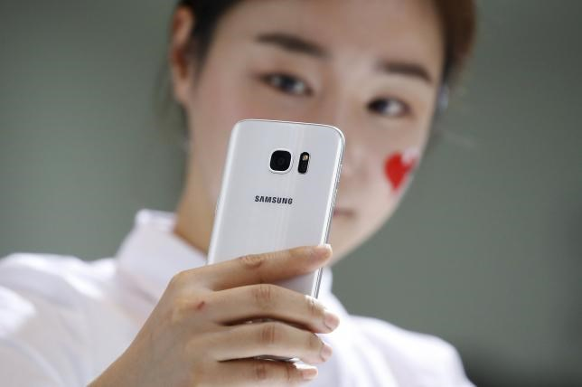 A model demonstrates a Samsung Electronics' new smartphone Galaxy S7 during its launching ceremony in Seoul, South Korea, March 10, 2016. Photo: REUTERS/KIM HONG-JI