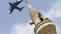 A U.S. Air Force Boeing C-17A Globemaster III large transport aircraft flies over a minaret after taking off from Incirlik air base in Adana, Turkey, in this August 12, 2015 file photo. Photo: Reuters/Murad Sezer/Files