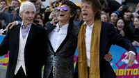 "Members of the Rolling Stones (L-R) Charlie Watts, Ronnie Wood and Mick Jagger wait for Keith Richards as they arrive for the ""Exhibitionism"" opening night gala at the Saatchi Gallery in London, Britain April 4, 2016. Photo: Reuters/Luke MacGrego"