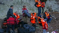 Migrants wearing life jackets wait for a dinghy to sail off for the Greek island of Lesbos from the Turkish coastal town of Dikili, Turkey, April 6, 2016.  Photo:Reuters/Murad Sezer