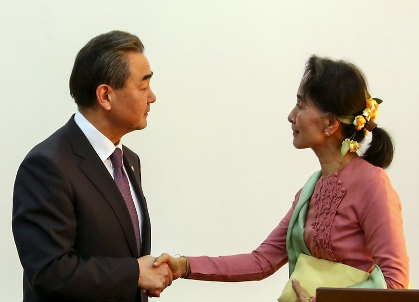 Chinese Foreign Minister Wang Yi (L) shakes hands with Myanmar Foreign Minister Aung San Suu Kyi (R) after a joint press conference in Ministry of Foreign Affair at Naypyitaw April 5, 2016. Photo: Reuters/Thar Byaw