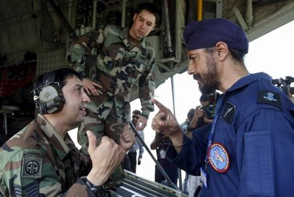 "An officer (R) of Indian Air Force (IAF) Special Forces ""Garuds"" talks with a U.S. Air force ""Special Operation Forces"" officer during 'Cope-India-09', a joint exercise between the IAF and the U.S. Air Force in the northern city of Agra, India, in this October 19, 2009 file photo. Photo: Reuters/Adnan Abidi"