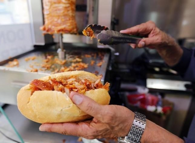 A man prepares a kebab in a fast-food restaurant in Marseille October 9, 2014. Photo: Reuters/Jean-Paul Pelissier