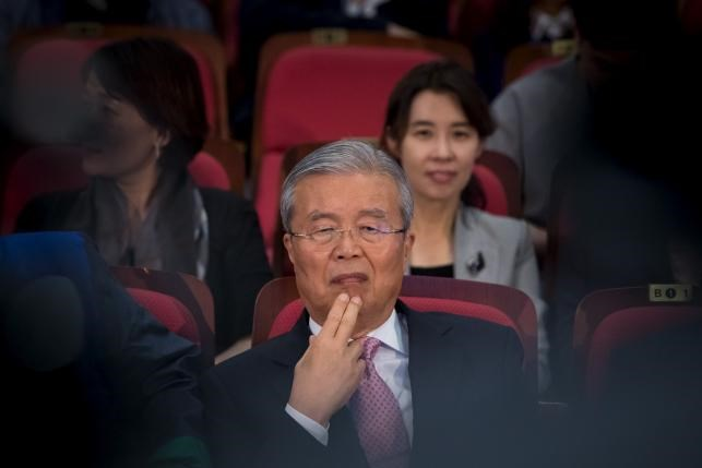 Kim Chong-in, interim leader of the main opposition Minjoo Party of Korea, watches news reports on results of the parliamentary election in Seoul, South Korea, April 13, 2016. Photo: Reuters/Yoo Seung-kwan/News1