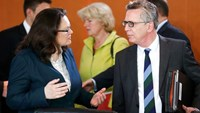 German Interior Minister Thomas de Maiziere (R) talks with Labour Minister Andrea Nahles during the weekly cabinet meeting at the Chancellery in Berlin, Germany, April 13, 2016. Photo: Reuters/Hannibal Hanschke