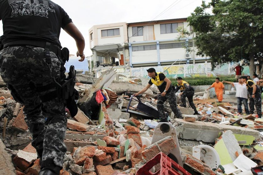 Red Cross members, military and police officers work at a collapsed area after an earthquake struck off Ecuador's Pacific coast, at Tarqui neighborhood in Manta April 17, 2016. Photo: Reuters/Guillermo Granja