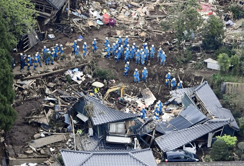 Rescue workers conduct a search and rescue operation to a collapsed house at a landslide site caused by earthquakes in Minamiaso town, Kumamoto prefecture, southern Japan, in this photo taken by Kyodo April 16, 2016. Photo credit: Reuters/Kyodo