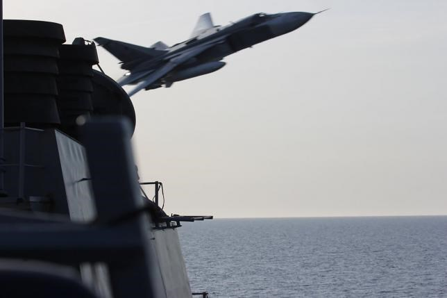 A U.S. Navy picture shows what appears to be a Russian Sukhoi SU-24 attack aircraft making a very low pass close to the U.S. guided missile destroyer USS Donald Cook in the Baltic Sea in this picture taken April 12, 2016 and released April 13, 2016. Photo: REUTERS/US NAVY/HANDOUT VIA REUTERS