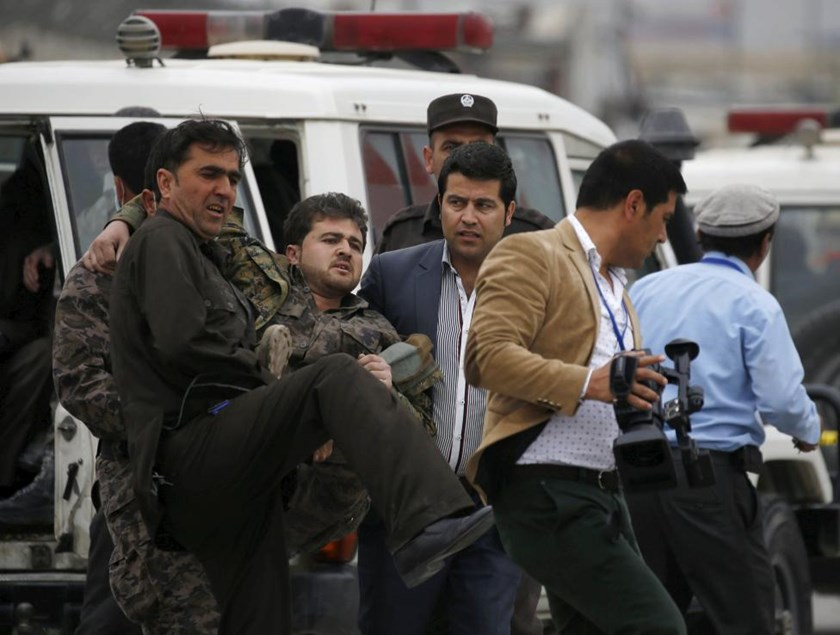 Afghan security forces carry an injured security personnel after a suicide car bomb attack in Kabul, Afghanistan April 19, 2016. Photo: Reuters/Omar Sobhani