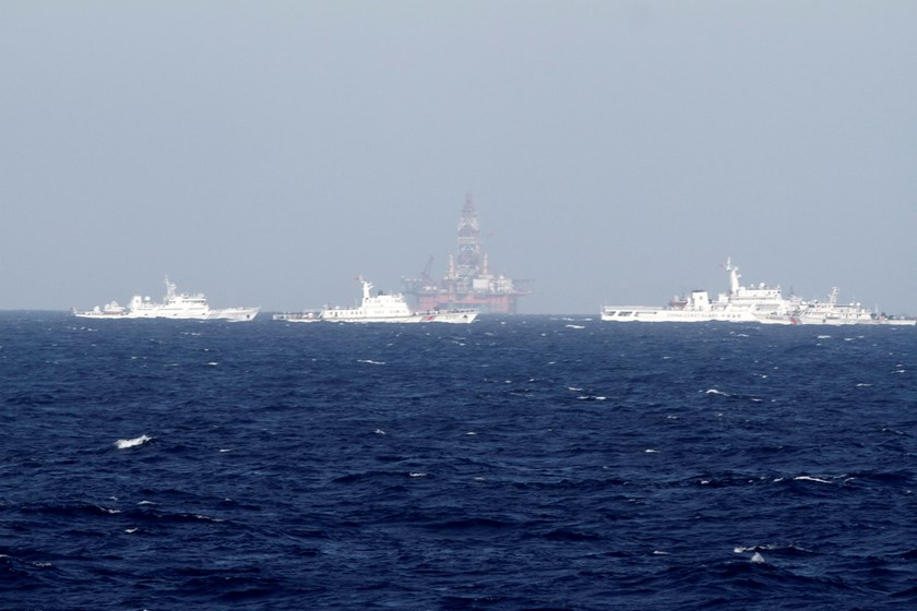 Chinese oil rig Haiyang Shi You 981 (C) is seen in the South China Sea, off the shore of Vietnam in this May 14, 2014 file photo. Photo: Reuters/Minh Nguyen/Files