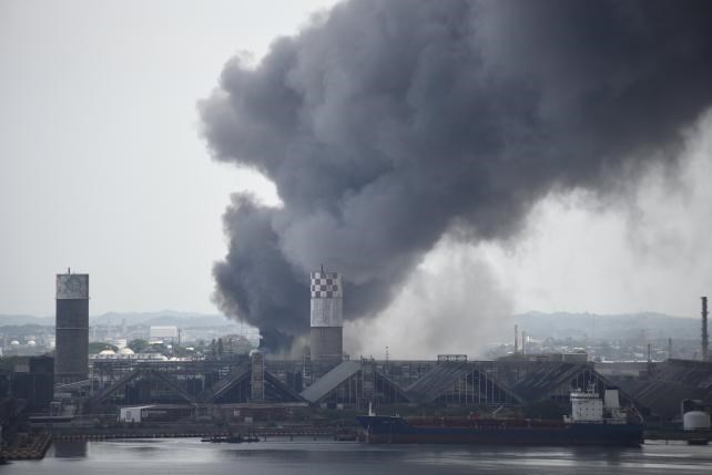 Smoke rises from the explosion site at Mexican national oil company Pemex's Pajaritos petrochemical complex in Coatzacoalcos, Veracruz state, Mexico, April 20, 2016. Photo: Reuters/Angel Hernandez