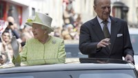 Britain's Queen Elizabeth and Prince Philip are driven past well-wishers during celebrations for the Queen's 90th birthday, in Windsor, Britain April 21, 2016. Photo: REUTERS/Toby Melville