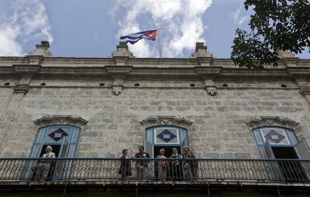 A group of U.S. architects look from a balcony in Old Havana, Cuba, April 18, 2016. Photo: Reuters/Enrique de la Osa