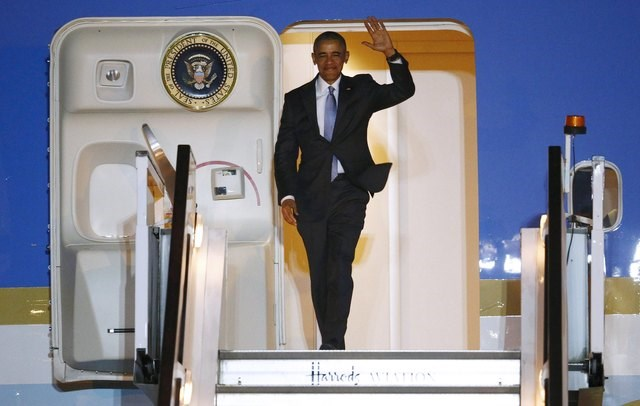 U.S. President Barack Obama walks down the steps of Air Force One as he arrives at Stansted Airport near London, Britain April 21, 2016. Photo: Reuters/Peter Nicholls