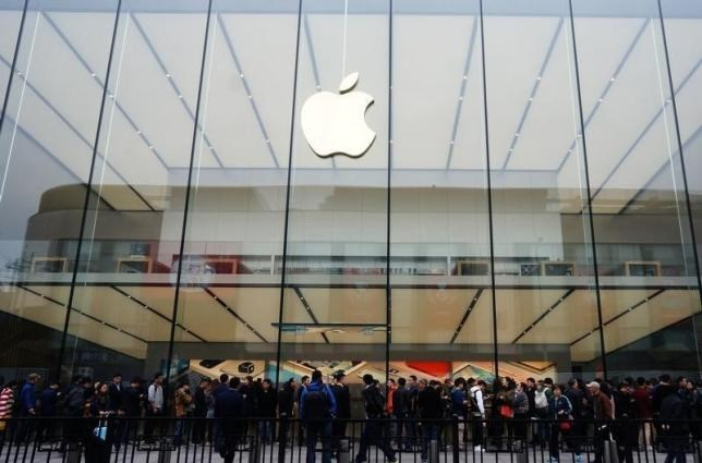 People line up outside an Apple store as iPhone SE goes on sale in China, in Hangzhou, Zhejiang province, March 31, 2016. Photo: Reuters/China Daily
