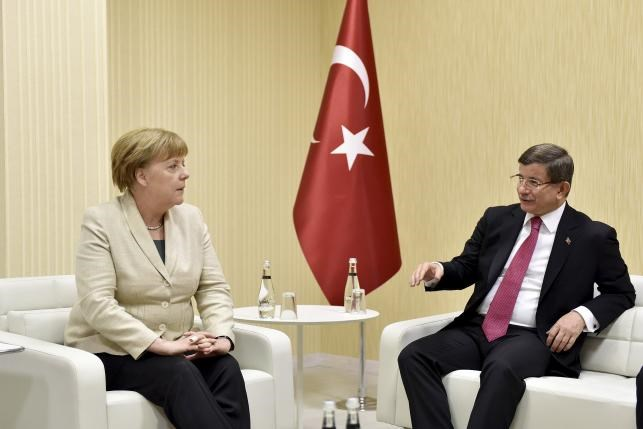 Turkish Prime Minister Ahmet Davutoglu meets with German Chancellor Angela Merkel upon her arrival at Gaziantep airport, April 23, 2016. Photo: Bundesregierung/Steffen Kugler/Handout via Reuters