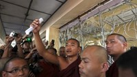 Nyi Nyi Lwin, better known as Gambira, leader of the All-Burmese Monks Alliance who was recently released, talks to supporters while attending the court hearing of Pyi Nyar Thiha in Yangon. Photo: Reuters